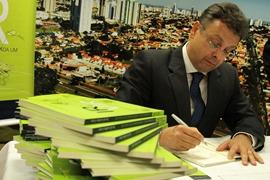Acessibilidade é tema de livro lançado pelo engenheiro civil Jary Castro