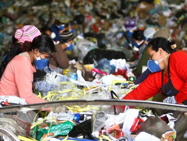Lavar lixo reciclável é desnecessário e desperdiça água, dizem especialistas