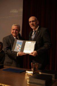 Ao lado do diretor regional dos Correios, Marcelo Mena Vanderlei, presidente José Tadeu faz a obliteração do selo da Soea